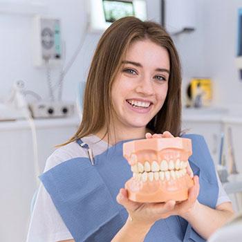 Czym dokładnie zajmuje się dentysta?